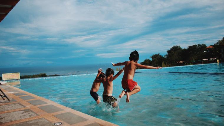 プールに飛び込む人たち